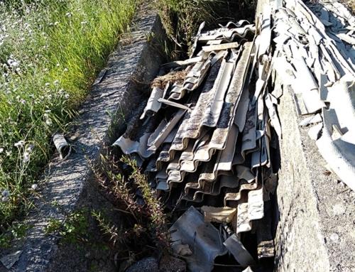 Lastre di amianto in canale che sfocia nel fiume Modione