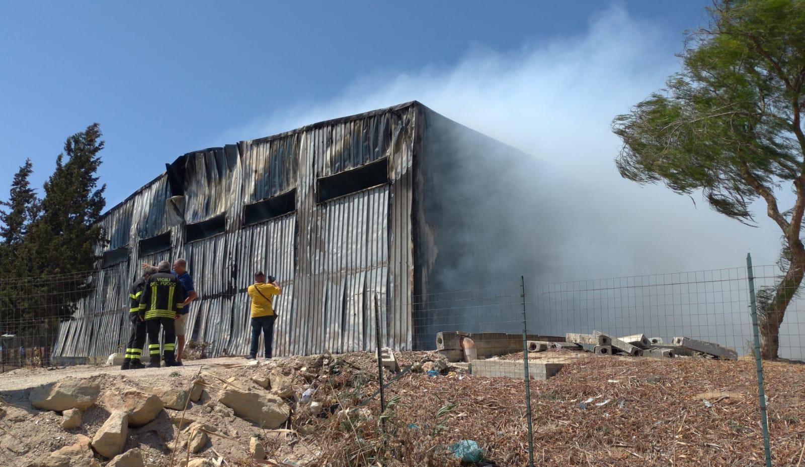 Trapani. Contrada Belvedere: incendio in un impianto di trattamento rifiuti